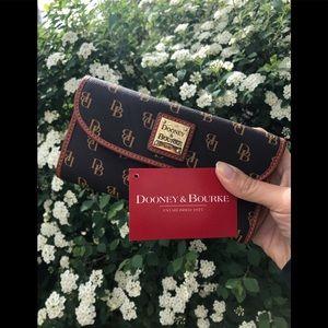 🌸Like New Dooney & Bourke Signature Wallet 🌸